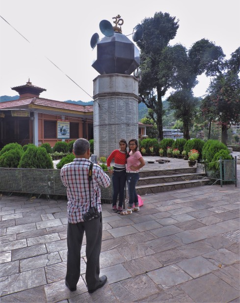 Daddy taking pictures at a temple especially for women in Pokhara: girls ask for a handsome boyfriend, young women for a good husband, married women to get pregnant, elderly women for a long life of their husbands (that makes sense!)